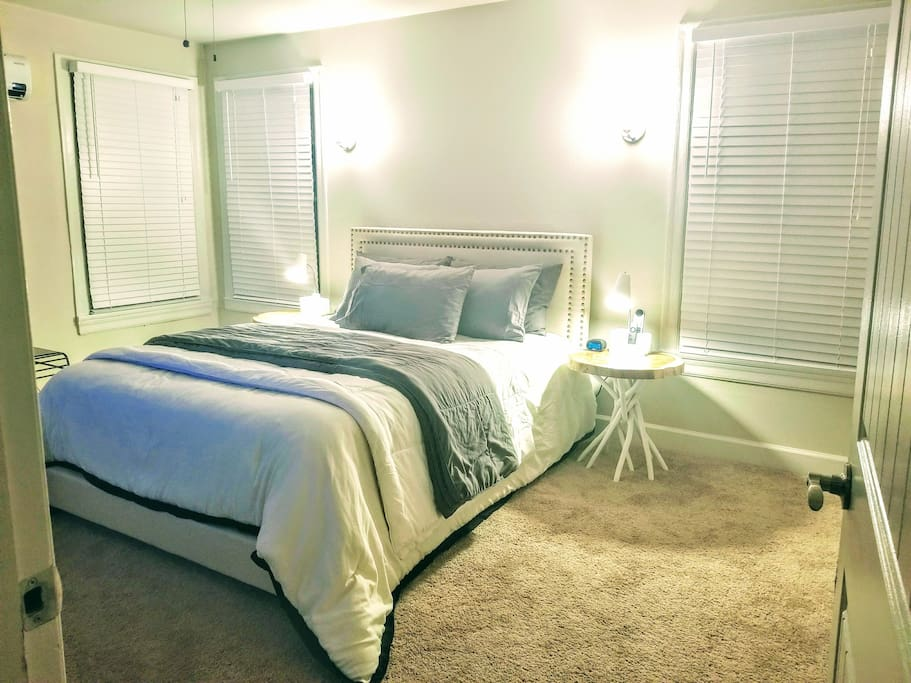 MAIN BDRM - QUEEN BED - MOBILE DEVICE CHARGING STATION ON EACH NIGHTSTAND - FLATSCREEN - WALK IN CLOSET