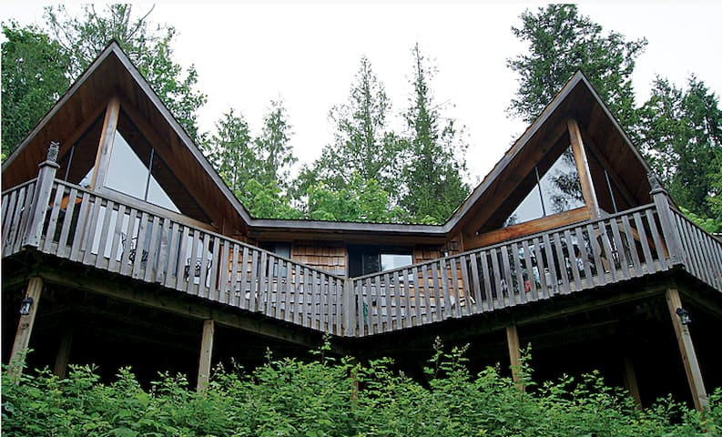 Rustic 1 Bedroom Chalet with Large Deck - Powell River