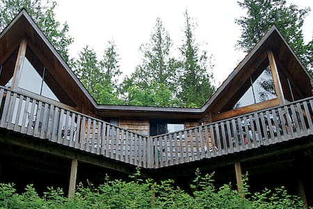 Rustic 1 Bedroom Chalet with Large Deck - Powell River - Villa