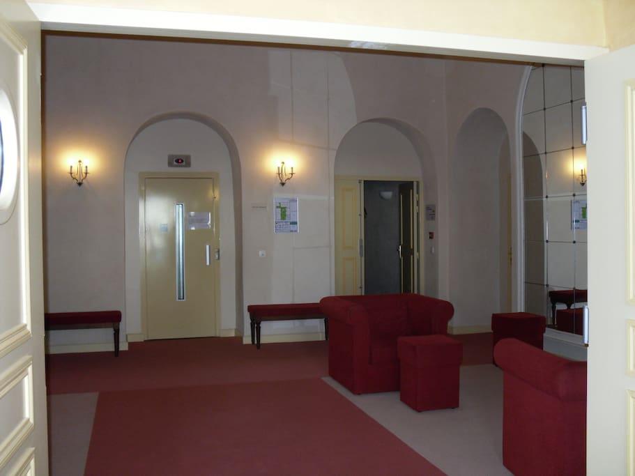 hall de l'immeuble avec accès wifi