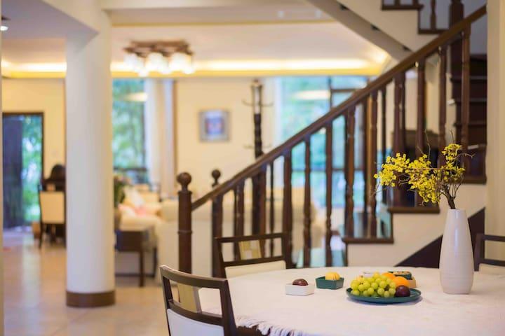 丽江束河古镇|花园别墅包栋|4卧5卫7床|独立厨房餐厅可做饭|超大客厅、前后花园晒太阳|免费品普洱茶