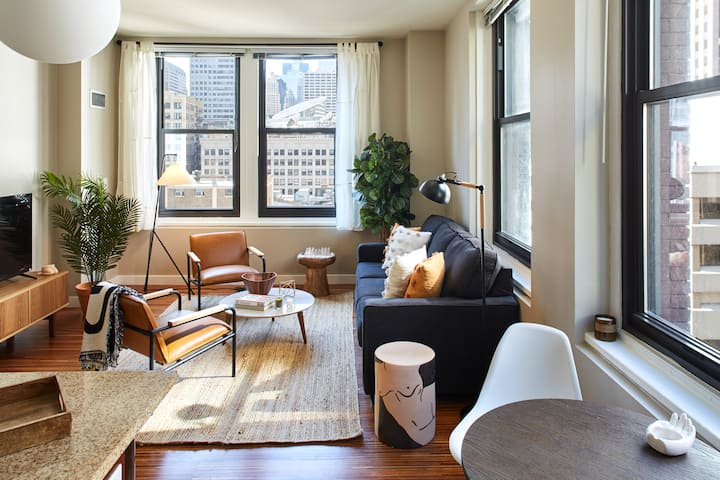 Stylish Corner 2 Bedroom in the Heart of Chicago