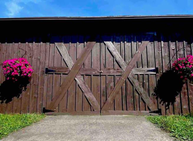 Cozy 2 BR barn house apt. on beautiful hilltop