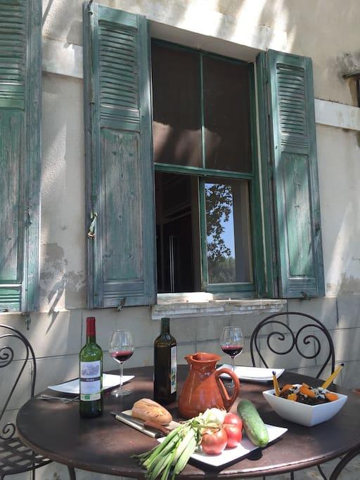 Déjeuner provençal à l'ombre des platanes