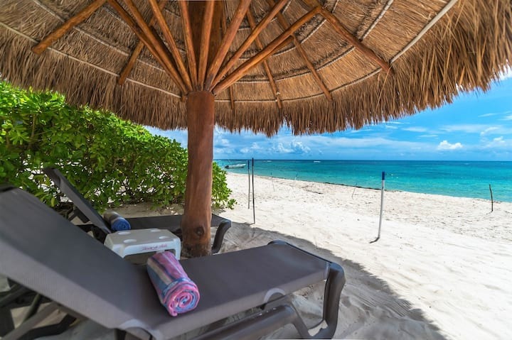 Villa on a gorgeous sandy beach! Pool, AC, Wifi!
