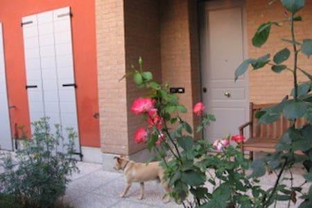 Chiara's Beautiful Mansarda (studio) - Reggio Emilia - บ้าน