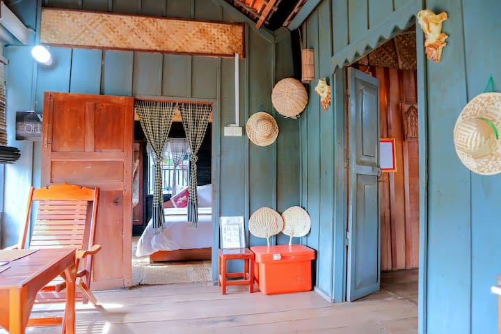 Old Khmer House 2Beds (Local Breakfast + Pick Up)