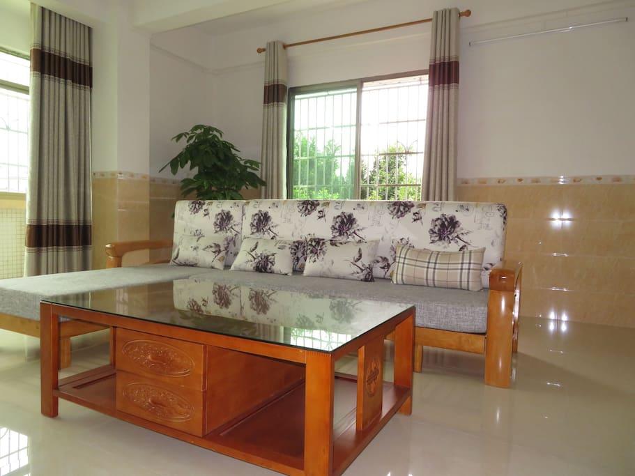 宽敞明亮的大客厅,可以坐5人舒服聊天的大沙发。