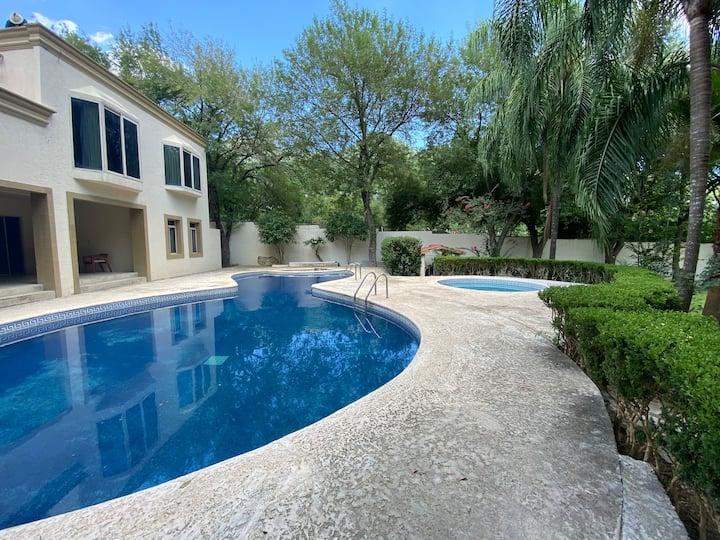 Quinta con grandes jardines y alberca