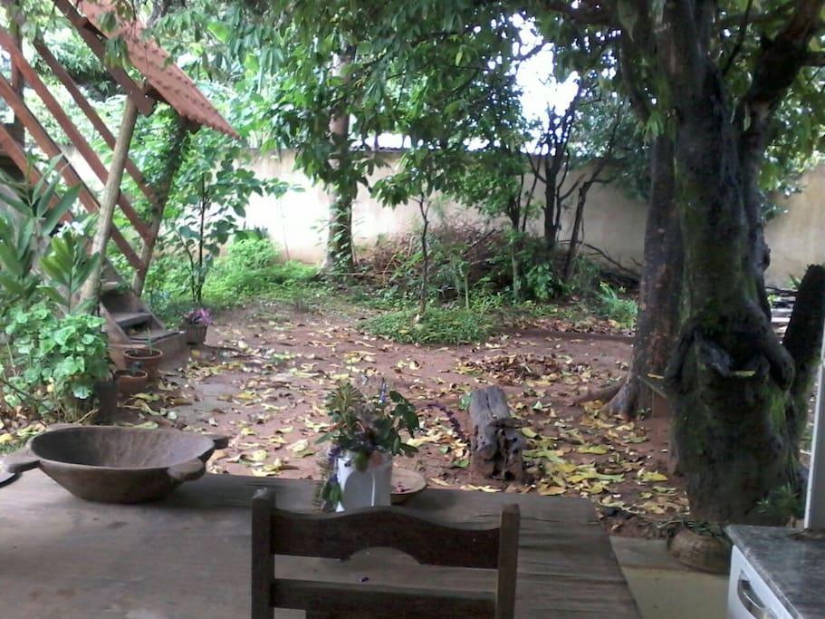 Varanda, escada e pomar