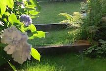 Jardin clos intime au lever du jour