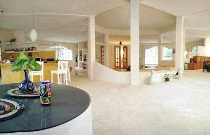 Large, lumineux et frais maison!