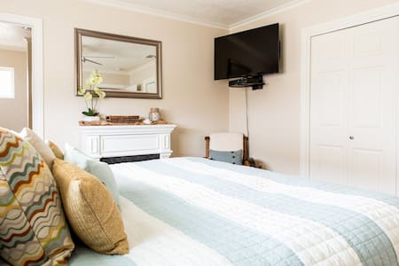 Sleeps five. 2 bed/2bath Beach Cottage