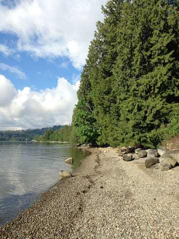 Cozy, Eclectic Deep Cove, 5min walk to Beach!
