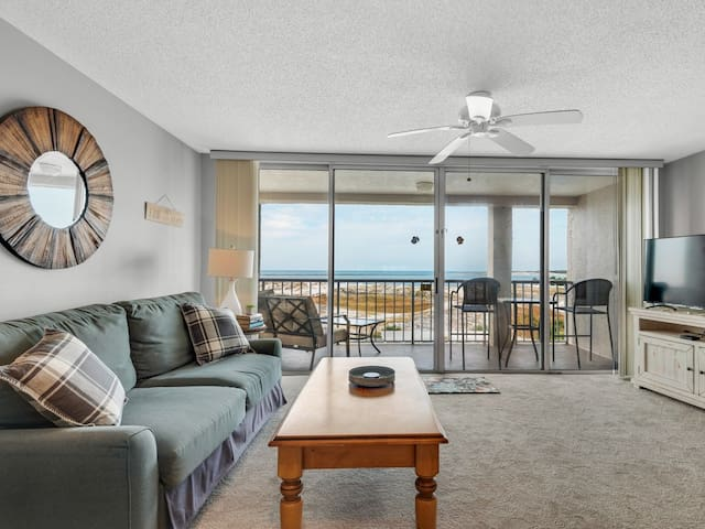Bright & Inviting condo, 2 beach chairs & bicycles included, Close to dining