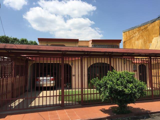 Private room with shared bath SJO - Río Segundo - Sala sypialna