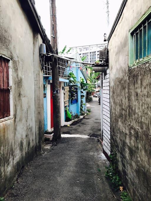 新大樓與舊眷村的衝突之美 旅行管家位在美麗的巷弄裡