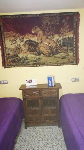 Habitación privada dos camas (wifi)