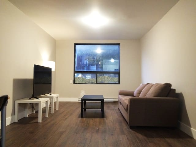 Newly renovated 2 bdrm apt. near metro & St.Joseph