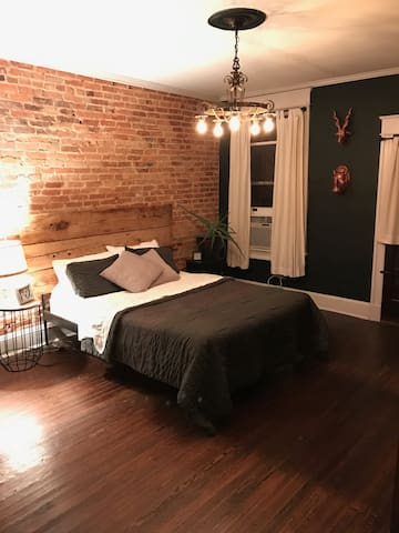Charming Bedroom(s) with Private Balcony - Baltimore - House