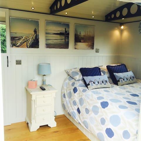 Shepherds Rest - Luxury en-suite shepherds hut - Norfolk - Bed & Breakfast