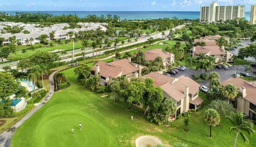 Jupiter Dunes Condo on Golf Course!  Walk to Beach
