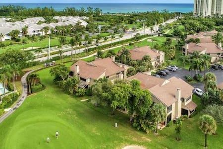 Jupiter Dunes Condo on Golf Course!  Walk to Beach