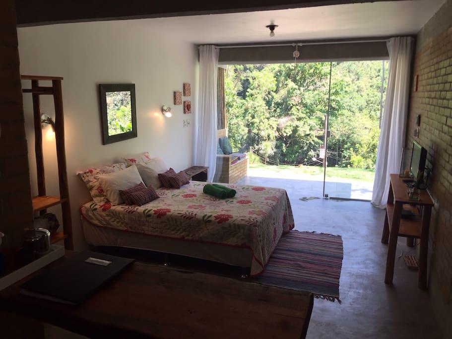 Novo Chalé Jatobá com cama box, TV tela plana, cozinha americana equipada. Natureza e conforto unidos para seu bem estar.