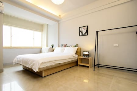 MRT: Sun Yat-sen Memorial Hall/ Zhongxiao Dunhua (#5 Bannan Line/ Blue Line) 5 min walk  About apartment: ‧Whole floor apartment (2 suites A,B) ‧Separate  private bathroom  Best apartment for traveling with family and friends.