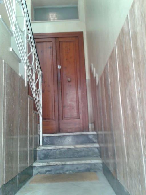 INGRESSO DA VICO DE' D'AFFLITTO La casa è sita in una tranquilla palazzina a quattro piani e occupa il piano rialzato.