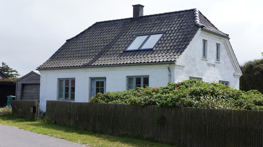 Hvidkalket charmerende hus med udsigt til havet