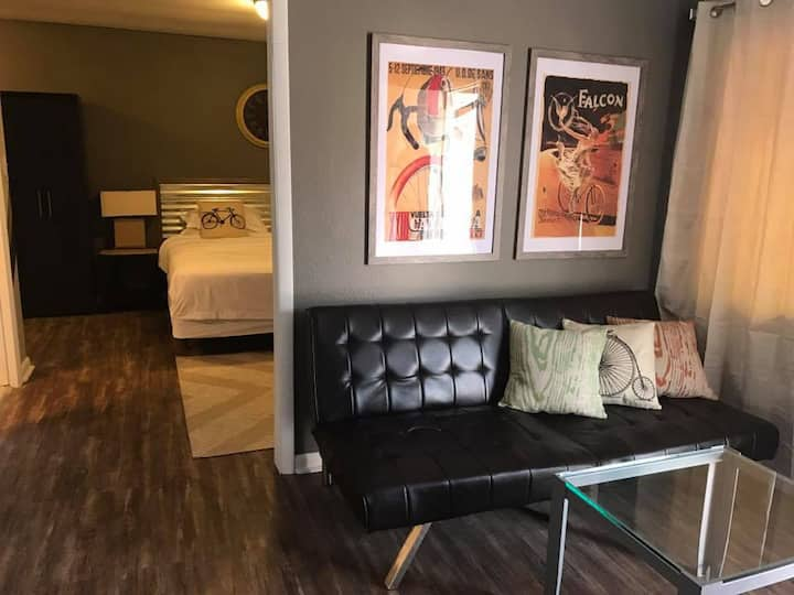 Your Base Camp for Adventure! 127 Bicycle Themed King Suite with Kitchen  - Garden of the Gods - Pike's Peak - Manitou Springs - Old Colorado City - Cave of the Winds - Cliff Dwellings - Sun Water Spa