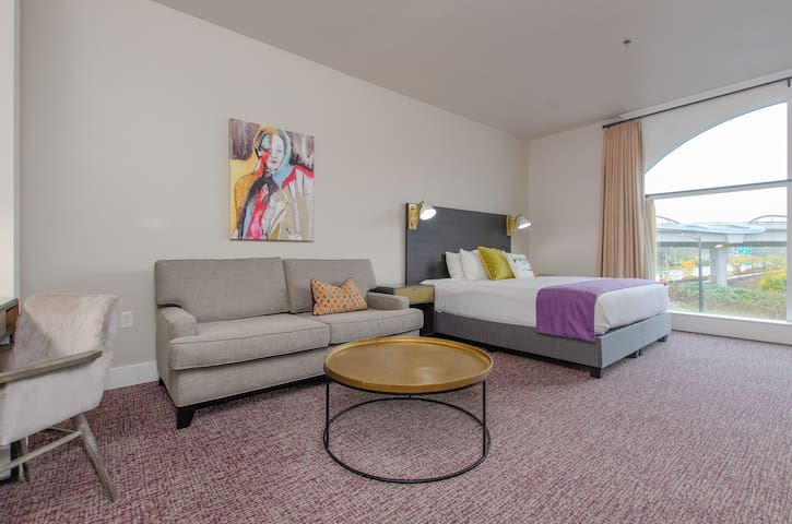 The Dundee, A Trace Hotel - Junior King Suite