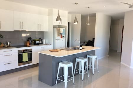 New home - 500m from beach & 5 drive mins to CBD - Korora - Huis