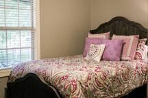 Guest Bedroom :: Queen Bed