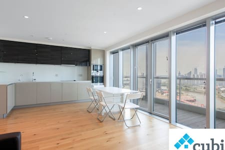 Great views of London on this 19th floor apartment - London