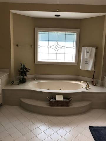 Huge Master Suite & Bonus room Monthly rate avail