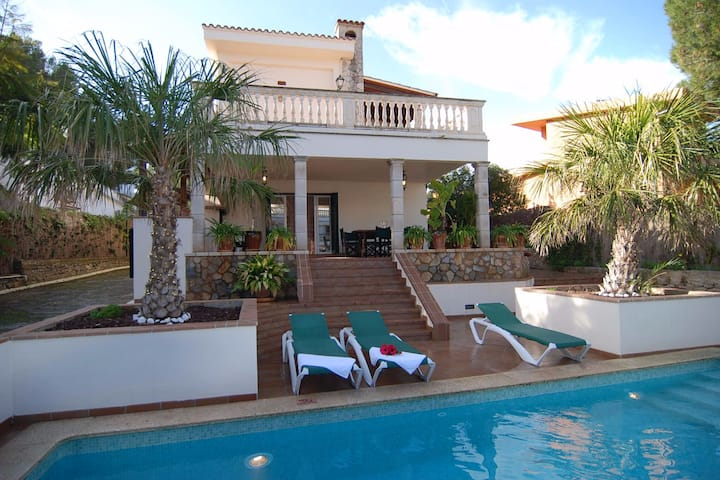 SOL VERI. Elegant Villa with private pool and BBQ.