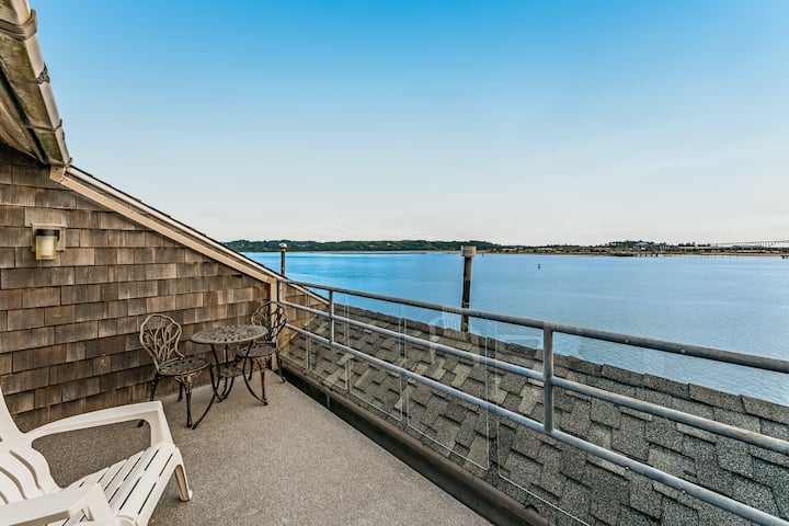 Dog-friendly studio w/ dock - bay views, walk to beach!