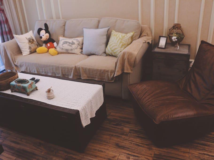 舒适的客厅,可以看电影吃东西一起玩玩wii嘻嘻