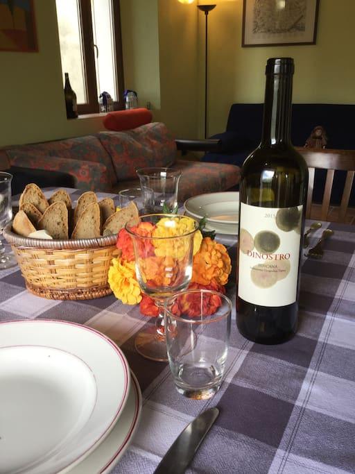 A tavola buon cibo e vino