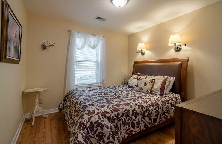 Queen Bedroom 2 - Bedroom 4 of 6