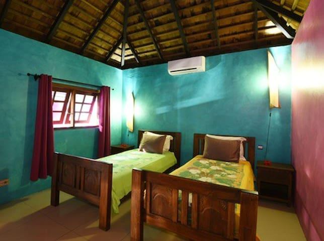 Chambre 2 avec 2 lits simples