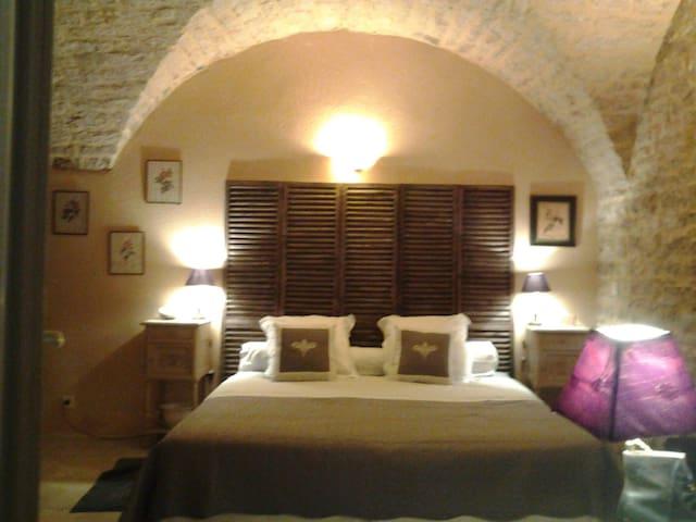 """"""" L'ATELIER"""" chambre d'hotes au coeur de BARJAC"""