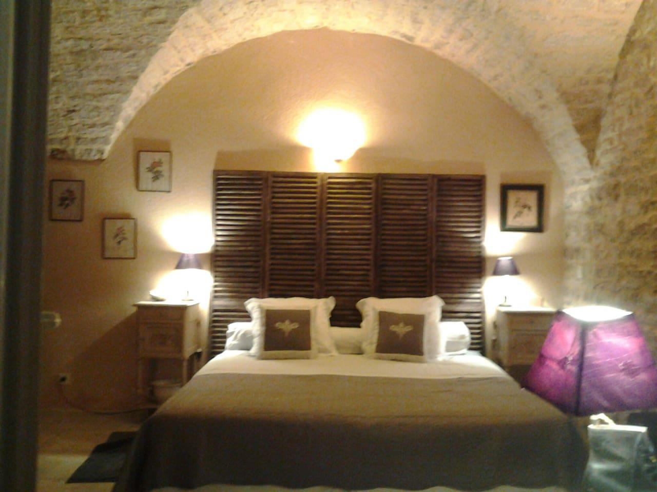 grande chambre voûtée avec grand lit 180 ( 2 lits de 90 accolés)choix a préciser lors de la réservation
