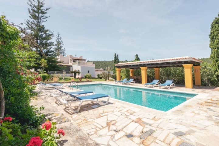 Beautiful Estate with Mountain View, Pool, Wi-Fi, Garden and Air Conditioning; Parking available
