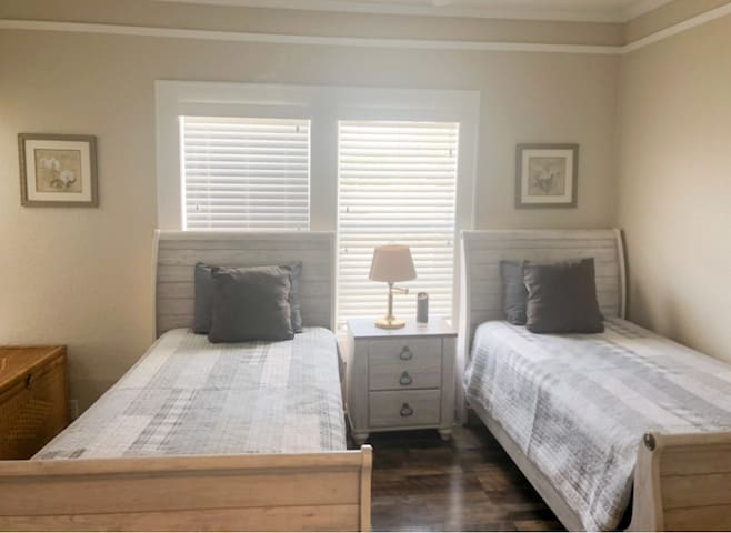 2nd Bedroom (two single beds)