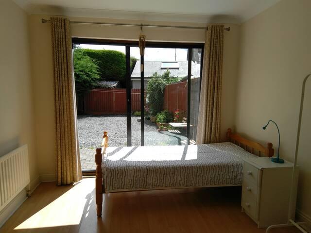Cozy room in Dublin North