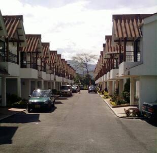 Casa limpia, comoda y bien ubicada - Villavicencio - Maison