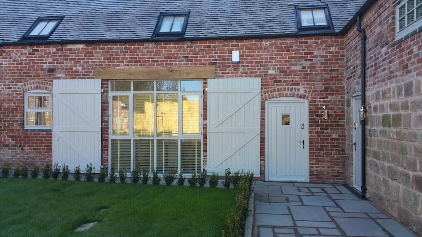 1 Luzon Dove Barn, Caverswall; nr Alton Towers - Staffordshire - House
